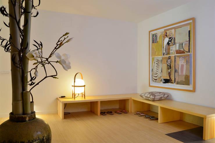 Japón en BCN - El vestibulo de entrada: Pasillos y vestíbulos de estilo  de Daifuku Designs