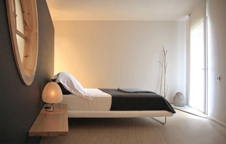 Japón en BCN - El dormitorio principal: Dormitorios de estilo minimalista de Daifuku Designs