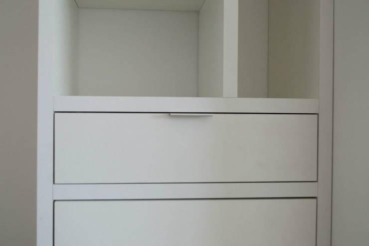 Biblioteca con módulo de luz: Dormitorios de estilo  por MINBAI
