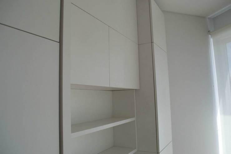 Mobiliario para guardado, aprovechamiento del espacio al máximo.: Dormitorios de estilo  por MINBAI