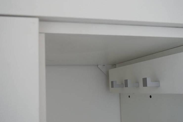 Guardado: Escobillero con corredera telescopica.: Cocinas de estilo  por MINBAI