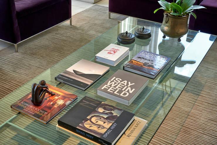 Detalhe da mesa de centro: Sala de estar  por Fernanda Sperb Arquitetura e interiores