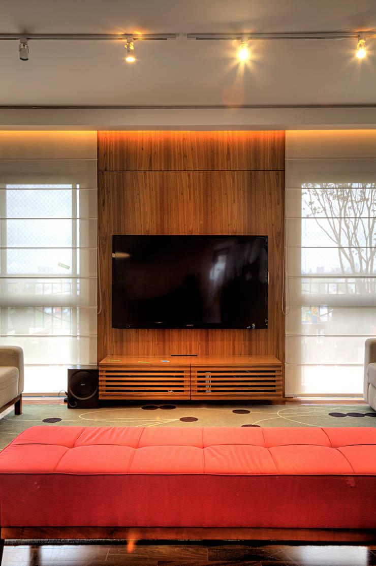 Triplex Alto de Pinheiros: Salas de estar  por studio scatena arquitetura
