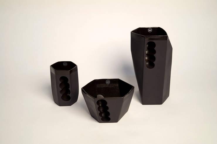 Want porcelain 2.0 zwart (schenkkan, soepkom en mok): modern  door Studio Roel Beurskens, Modern