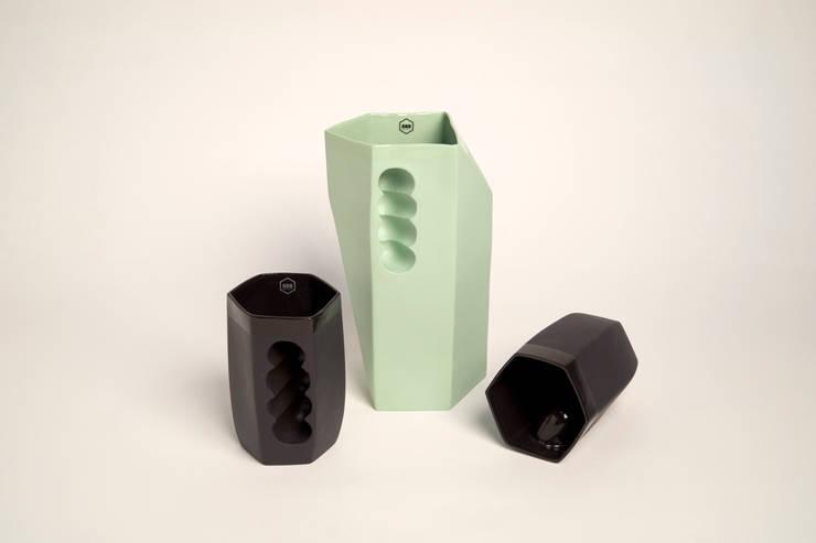 Want porcelain 2.0 groen en zwart (schenkkan en mokken): modern  door Studio Roel Beurskens, Modern