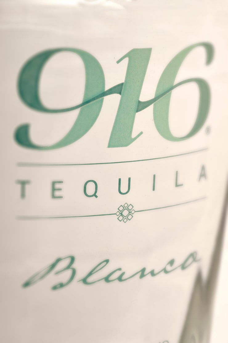 Detalle botella Tequila 916 blanco: Arte de estilo  por Disémica