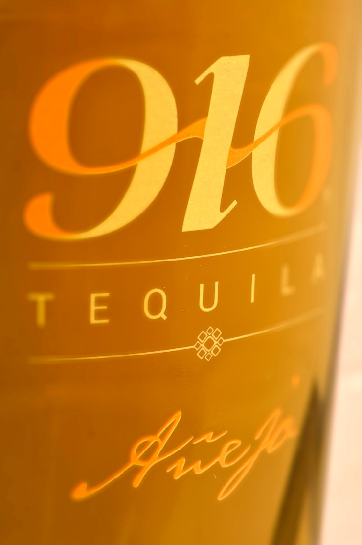 Detalle botella Tequila 916 añejo: Arte de estilo  por Disémica