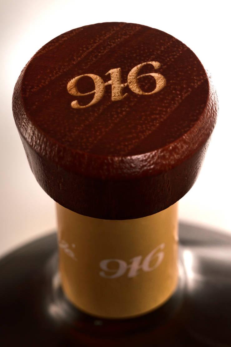 Detalle de tapa botella Tequila 916: Arte de estilo  por Disémica