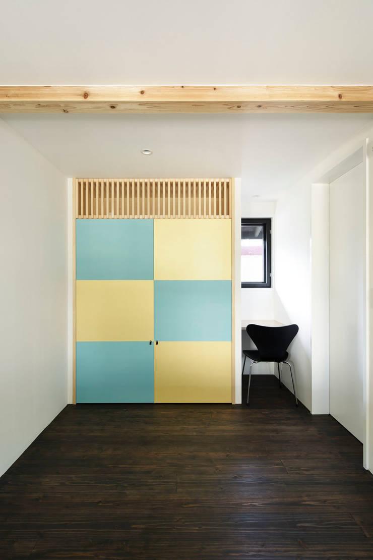寝室: 山田伸彦建築設計事務所が手掛けた寝室です。