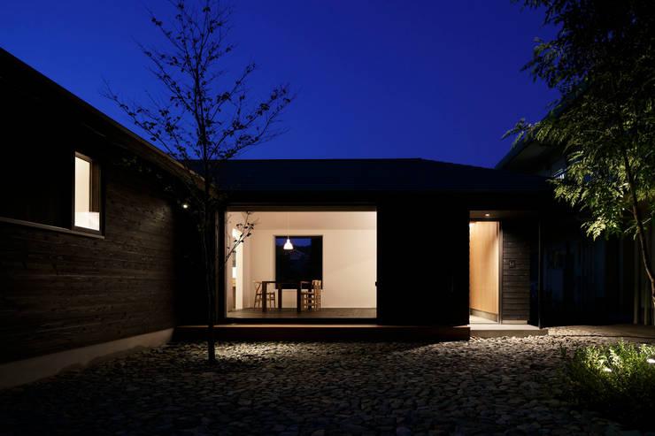 南側夜景: 山田伸彦建築設計事務所が手掛けた家です。