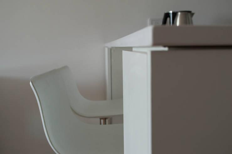 Barra + espacio de guardado para cocina.: Comedores de estilo  por MINBAI