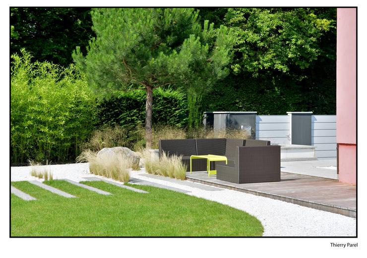 Terrasse tropicale: Balcon, Veranda & Terrasse de style  par Gilbert Henchoz Architectes Paysagistes Associés SA