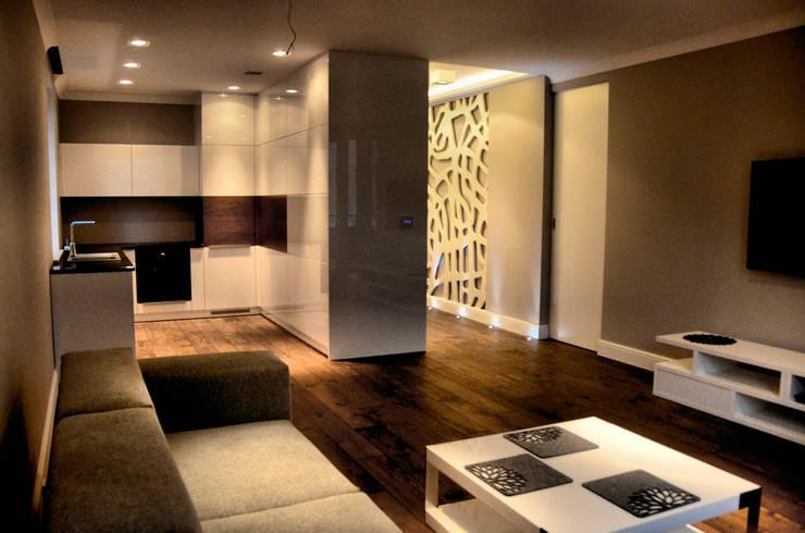 Salon z otwartą kuchnią.: styl , w kategorii Salon zaprojektowany przez CAROLINE'S DESIGN