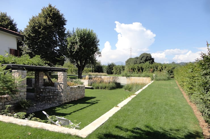 Giardino di villa privata – Franciacorta (Bs) – anno 2012: Giardino in stile  di matiteverdi