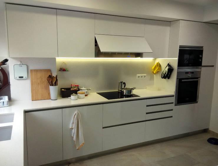 Cocina moderna, espaciosa y luminosa con zona office: Cocinas de estilo  de femcuines