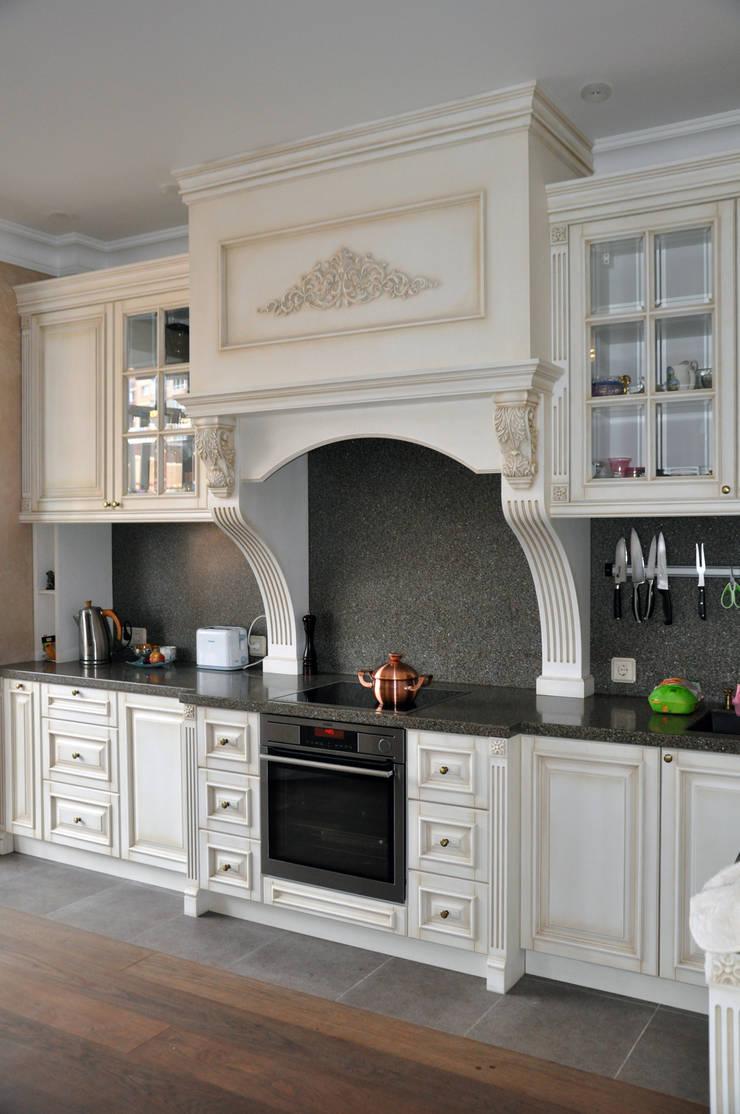 КРЕМ-БРЮЛЕ <q>ПО-КЛАССИЧЕСКИ</q>: Кухня в . Автор – студия дизайна архитектурной среды 'S-KVADRAT'
