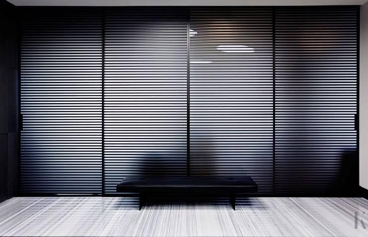 Oficina Torre Sofia: Puertas y ventanas de estilo  por BAO