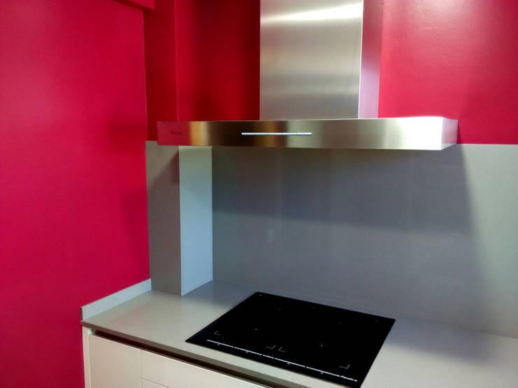 Pequeña cocina espaciosa y luminosa: Cocinas de estilo moderno de femcuines