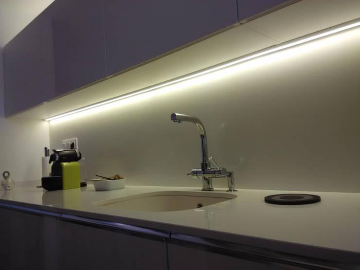 Una cocina con estilo abierta al comedor con zona office: Cocinas de estilo  de femcuines
