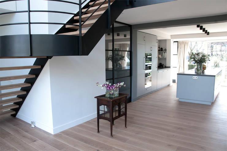 Prachtig licht woonhuis in combinatie met een houten vloer van ZILVA:  Muren door Zilva Vloeren