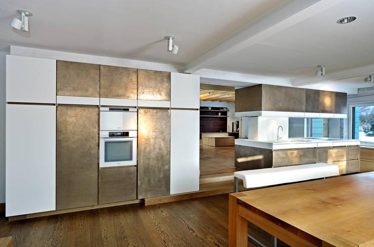 Landhausküche : landhausstil Küche von MIDAS Surfaces GmbH