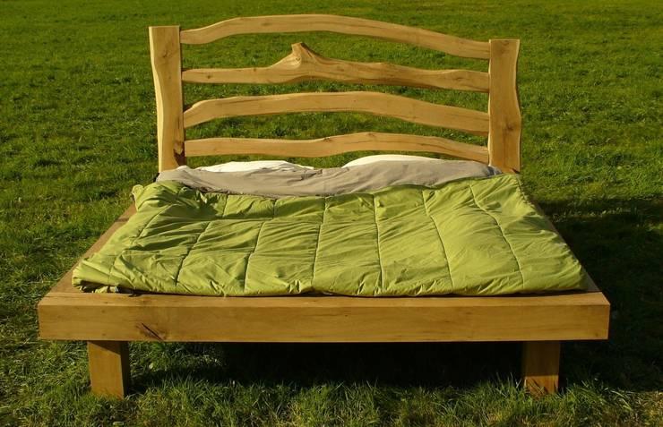 van boom tot bed: landelijke Slaapkamer door Meubelmakerij Luitjens