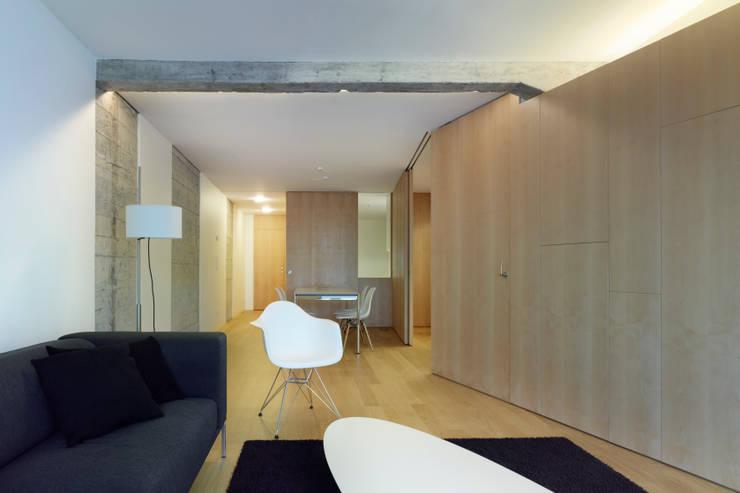 vista del salón hacia comedor: Salones de estilo  de Alfredo Sirvent, arquitecto