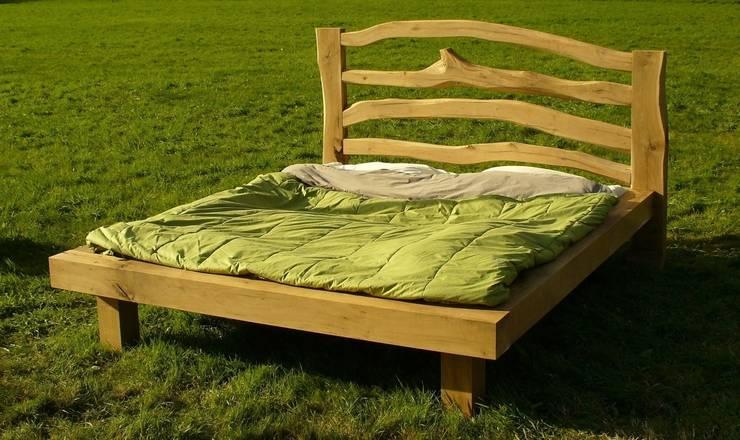 van boom tot bed:  Slaapkamer door Meubelmakerij Luitjens