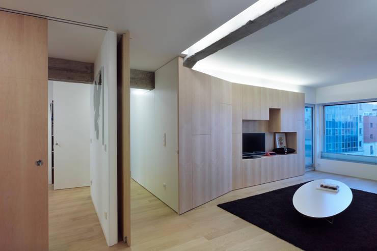vista parcial de salón: Salones de estilo  de Alfredo Sirvent, arquitecto