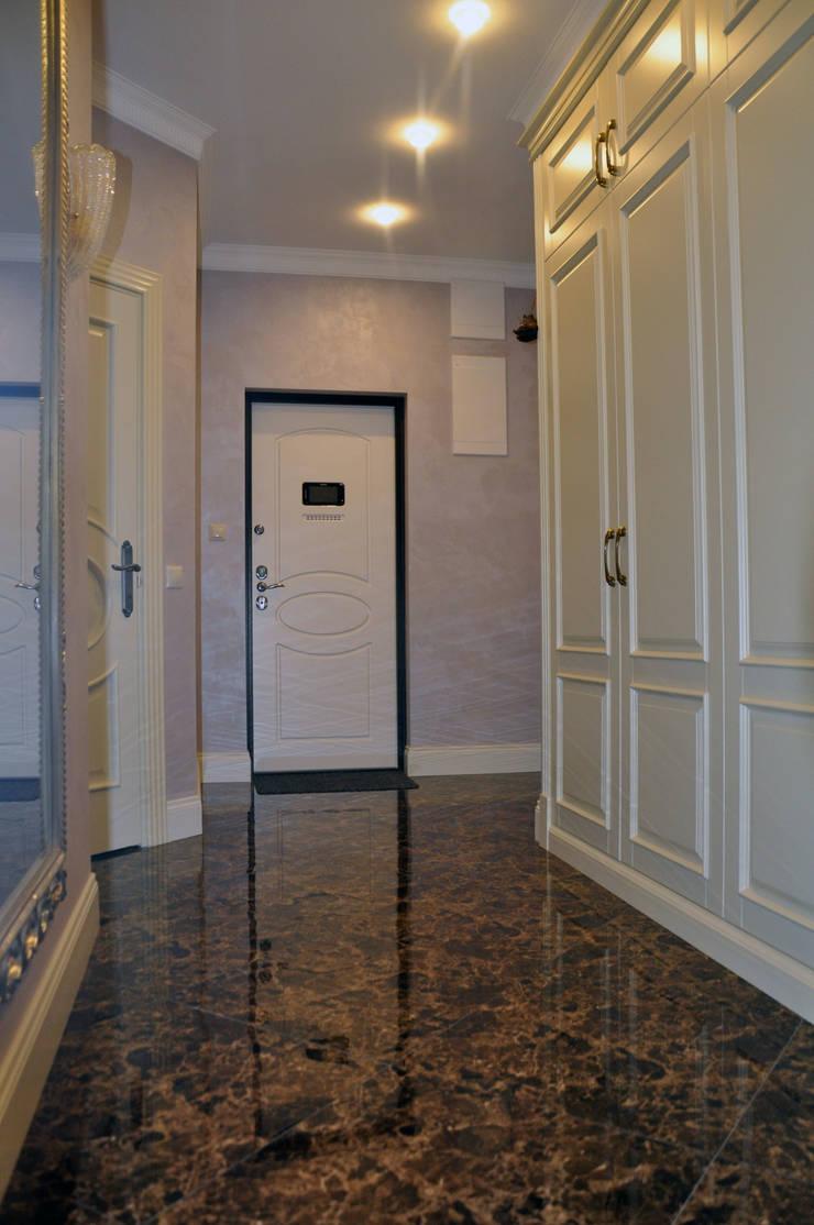 КВАРТИРА В ФИАЛКОВЫХ ТОНАХ: Коридор и прихожая в . Автор – студия дизайна архитектурной среды 'S-KVADRAT'