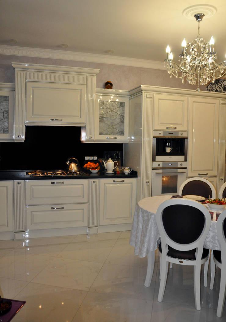 КВАРТИРА В ФИАЛКОВЫХ ТОНАХ: Кухни в . Автор – студия дизайна архитектурной среды 'S-KVADRAT'