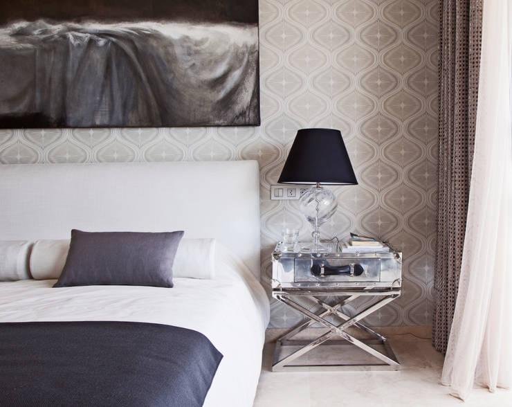 Дом в Сагаро, Испания. Спальная комната. IND Archdesign.: Спальни в . Автор – IND Archdesign