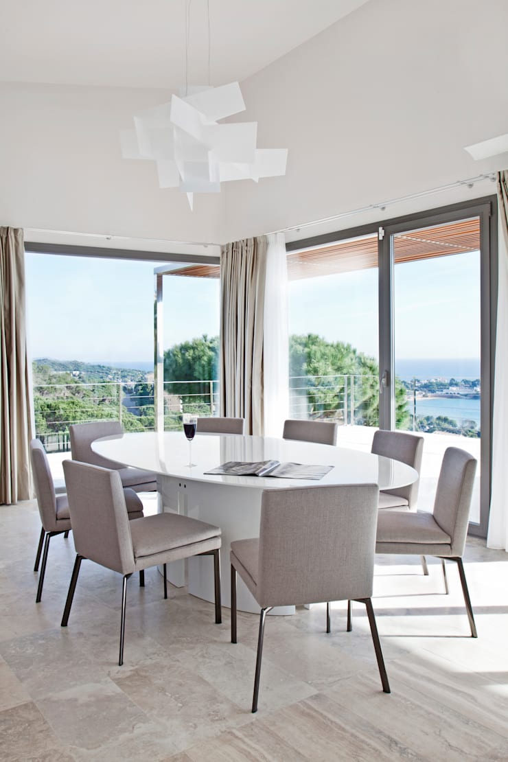 Дом в Сагаро, Испания. Столовая комната. IND Archdesign.: Столовые комнаты в . Автор – IND Archdesign