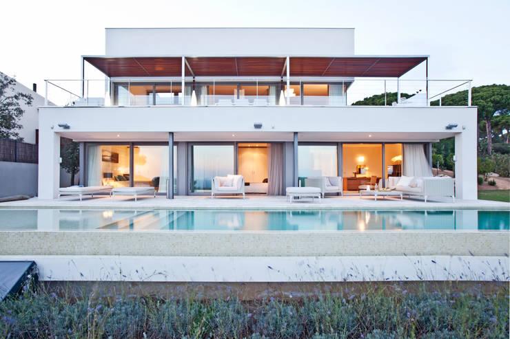 Дом в Сагаро, Испания. Бассейн. IND Archdesign.: Бассейн в . Автор – IND Archdesign