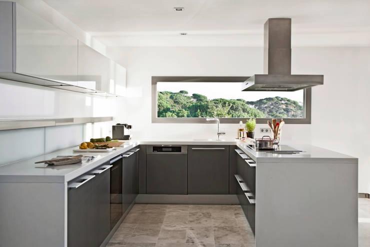 Дом в Сагаро, Испания. Кухня. IND Archdesign.: Кухни в . Автор – IND Archdesign
