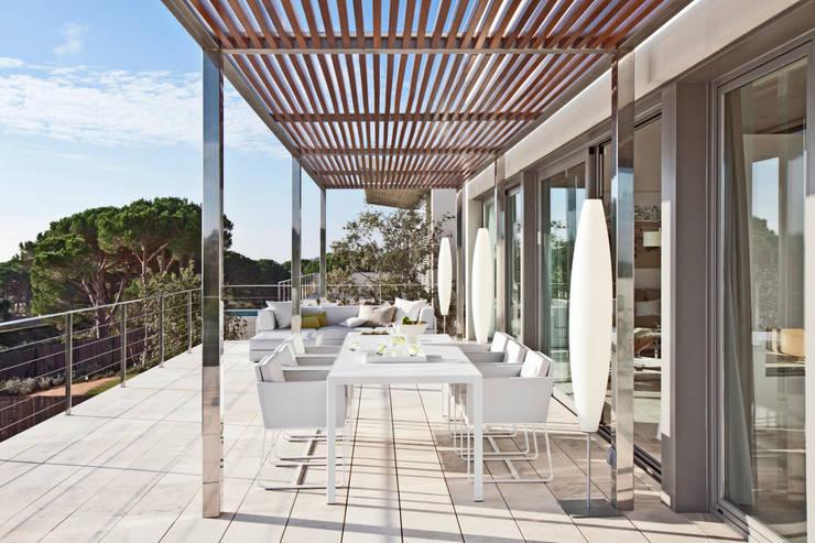 Дом в Сагаро, Испания. Терраса. IND Archdesign.: Tерраса в . Автор – IND Archdesign