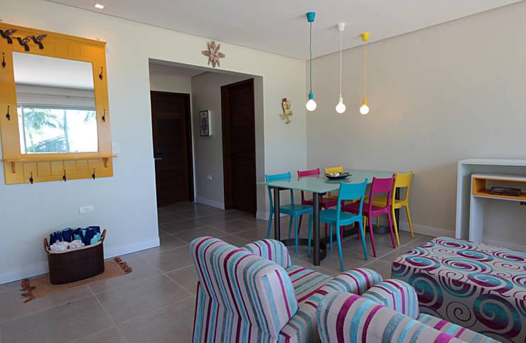 Bangalô 3 irmãos - Praia de Tamandaré/PE: Sala de estar  por Celia Beatriz Arquitetura