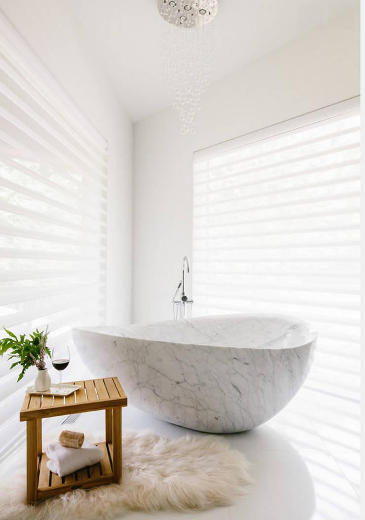 Tina de baño minimalista: Baños de estilo  por Oikos Design