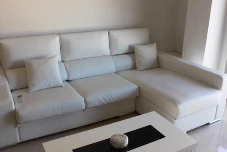 Chaiselongue y mesa centro.: Salones de estilo  de Blanc-O Arquitectura de Interiores y Decoración