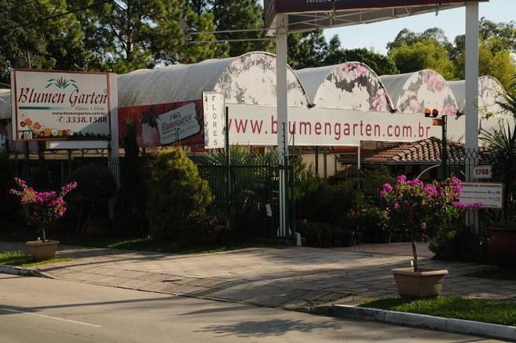 Entrada da Empresa: Espaços comerciais  por Blumengarten Plantas e Flores LTDA,