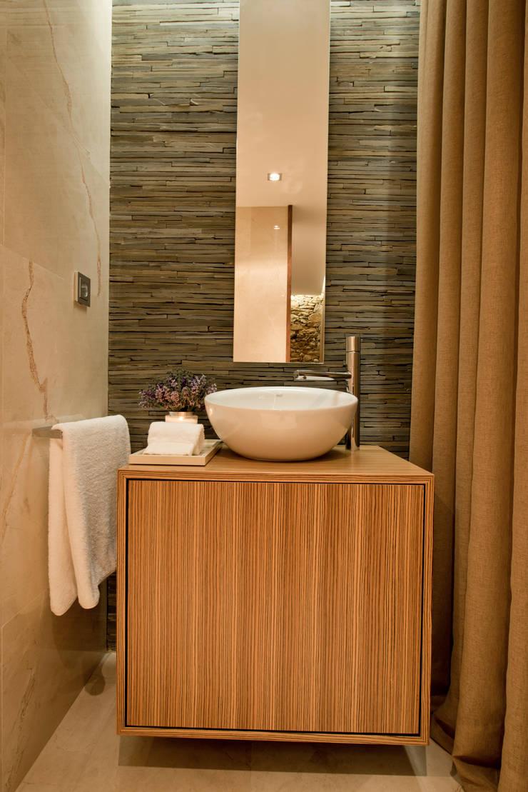 RECUPERAÇÃO E AMPLIAÇÃO  I MORADIA CANEIRO: Casas de banho  por PAULA NOVAIS ARQUITECTOS E DESIGN