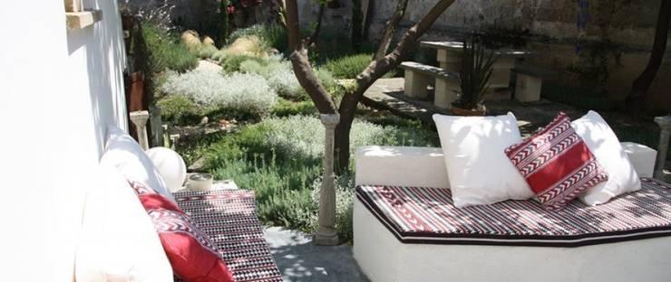 Il giardino segreto: Giardino in stile  di otragiardini