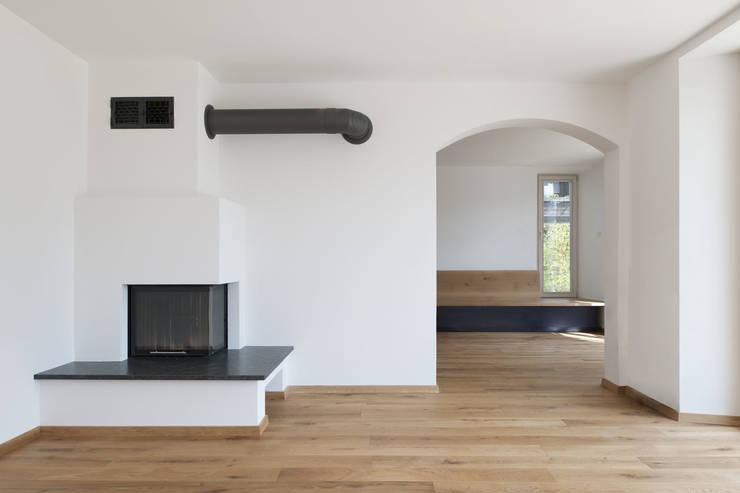 Wohnhaus Otterfing:  Wohnzimmer von gerstmeir inić architekten