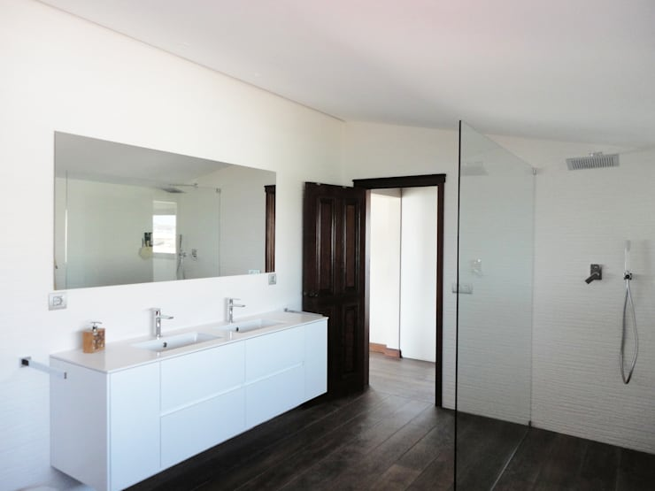 Quarto de banho suite: Casas de banho ecléticas por GAAPE - ARQUITECTURA, PLANEAMENTO E ENGENHARIA, LDA
