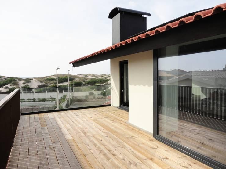 Varanda suite: Terraços  por GAAPE - ARQUITECTURA, PLANEAMENTO E ENGENHARIA, LDA