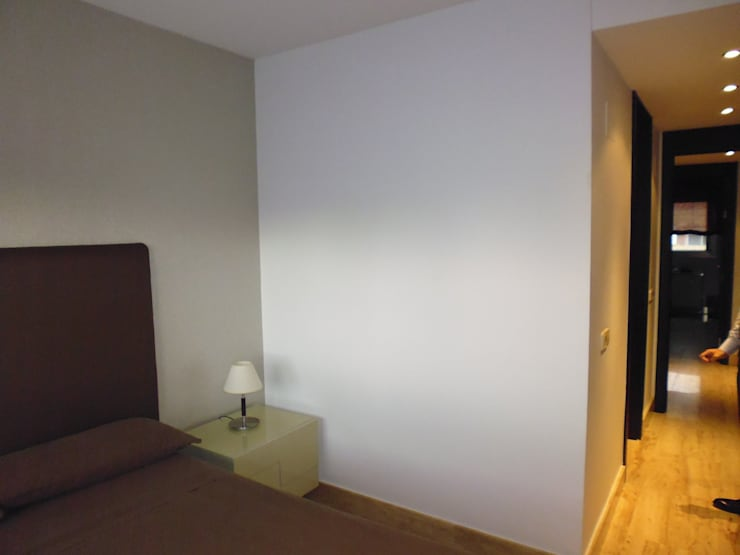 Estado anterior a la reforma. Piso en La Moraleja: Dormitorios de estilo  de Empresa constructora en Madrid
