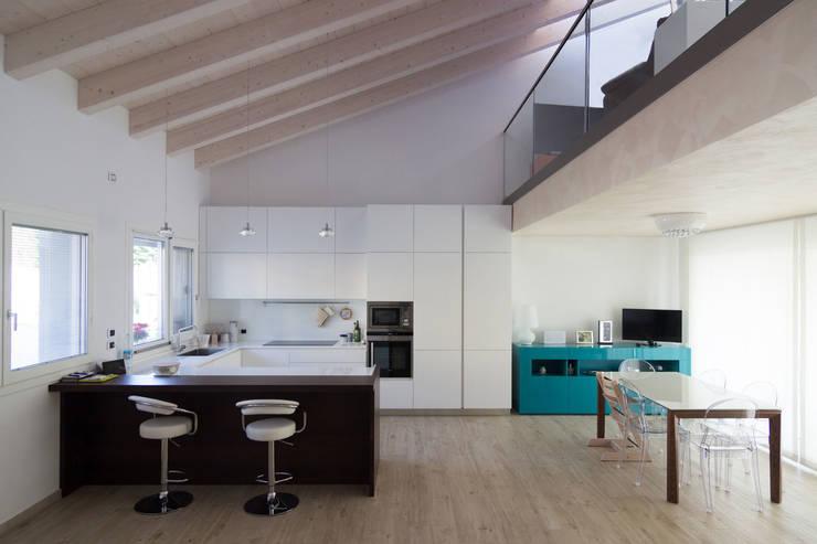 Back to the Future: Sala da pranzo in stile  di Memento Architects