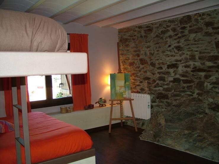 VIVIENDA UNIFAMILIAR EN ESTERRI D'ÀNEU (LLEIDA): Dormitorios de estilo  de RIART I ASSOCIATS