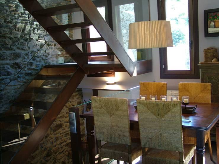 VIVIENDA UNIFAMILIAR EN ESTERRI D'ÀNEU (LLEIDA): Comedores de estilo  de RIART I ASSOCIATS