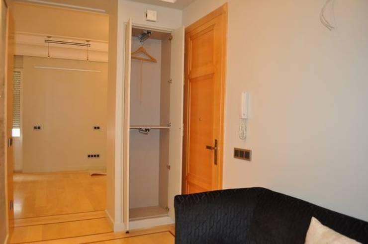 Puerta de entrada y armario recibidor: Pasillos y vestíbulos de estilo  de MUDEYBA S.L.